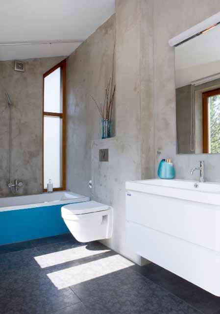 Moderní koupelna se vymyká pojetí zbývajících místností domu. Je totiž součástí nově vybudované přístavby.