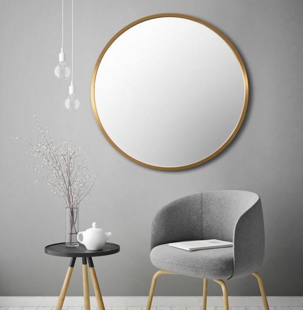 Kulaté zrcadlo ve zlatém rámu ladně doplní každý interiér.