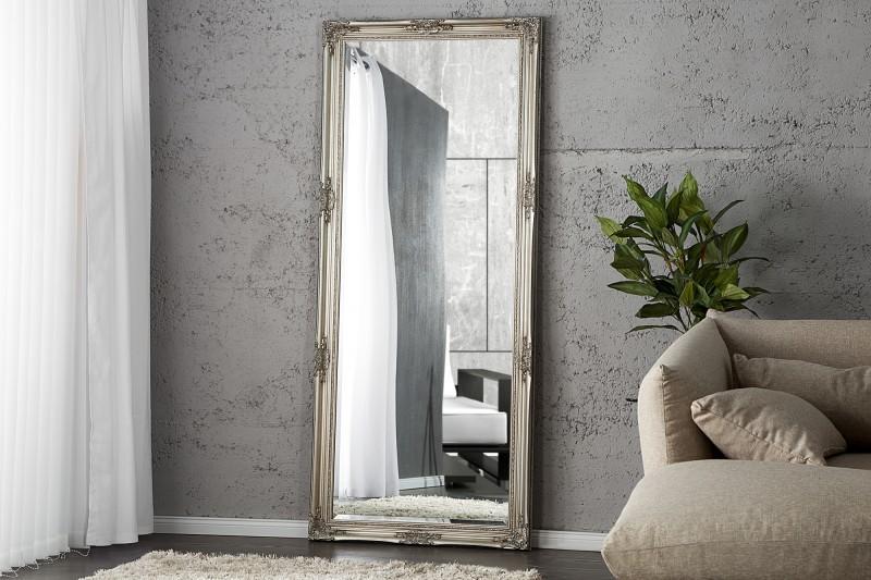 S optickým zvětšením prostoru vám nejlépe pomohou nástěnná vysoká zrcadla.
