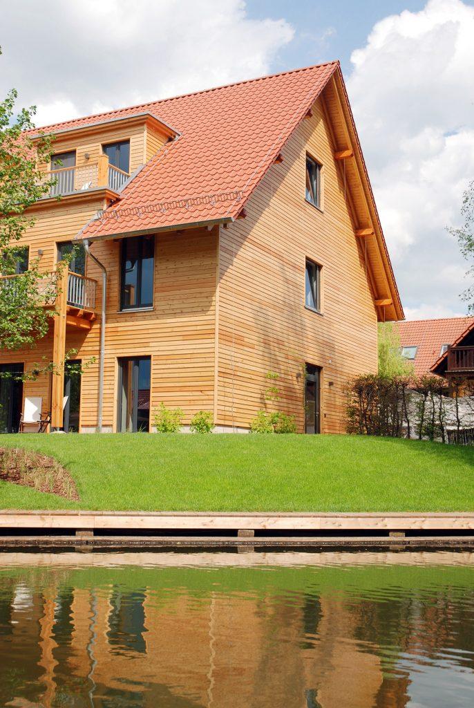 Haus mit Holzfassade am Wasser