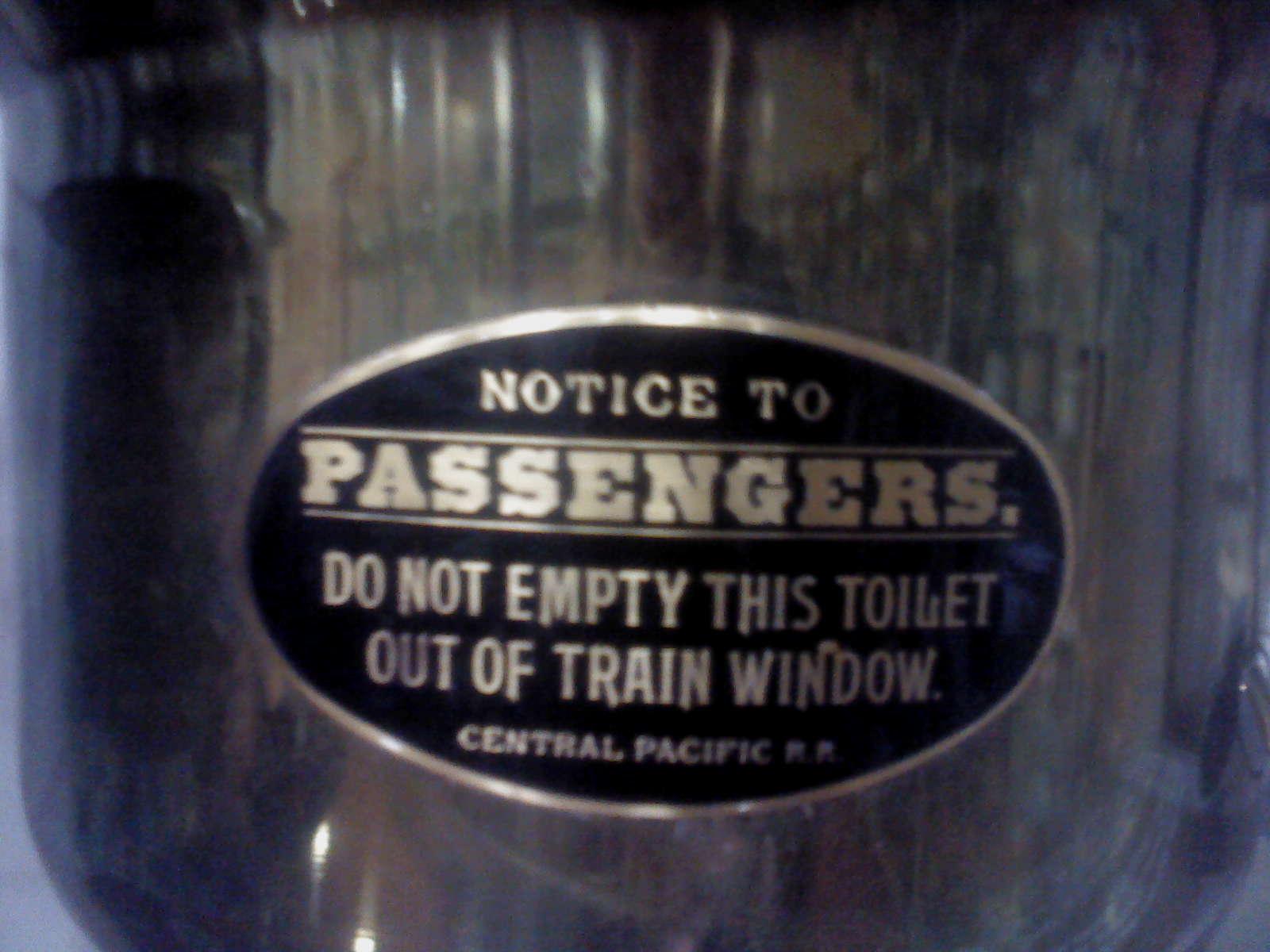Nápis na nočníku z vlaku Central Pacific