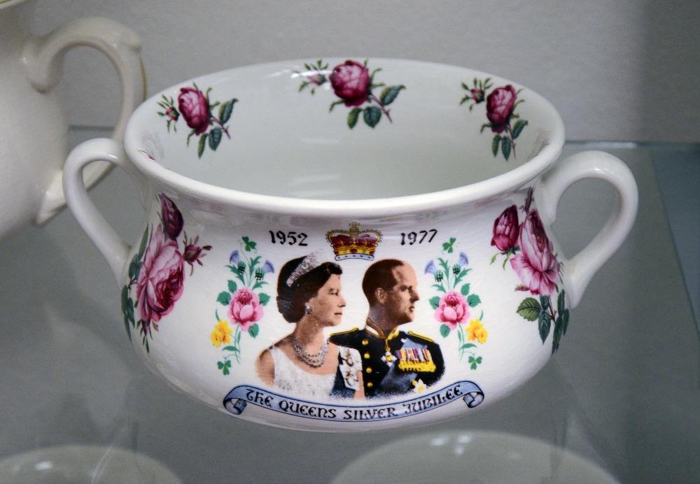 Nočník prodávaný u příležitosti stříbrné svatby královny Alžběty II.