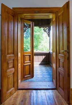 Renovace interiérových a vstupních dveří představovala složitý proces louhování a dalších úprav.