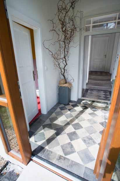 Vstupní prostor a staronová dlažba. Majitelé ji vyjmuli, očistili a vrátili na místo.