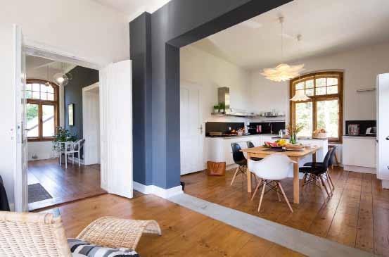 Bývaly to dvě místnosti; po změně vnitřní dispozice je to místnost jediná, kde je prostor pro kuchyni, jídelnu a obývací pokoj.
