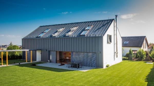 Hliníkový plech Prefalz® se díky své pružnosti tvaruje snadněji než většina srovnatelných falcovaných materiálů. Umožňuje i tvarově náročná řešení, od klenuté obloukové střechy až po kopulovité střechy. Výhodou je nízká hmotnost, okolo 1,89 kg/m2. Je zcela recyklovatelný a bezúdržbový. cz.prefa.com