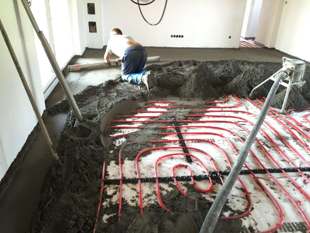 Realizace cementového potěru ze zavlhlé betonové směsi na systém podlahového vytápění. Při práci se postupuje od okrajů směrem ke středu. Pro úspěch je nutná hydratace betonu a na závěr důkladné strojní zhlazení povrchu. AŘbeton.