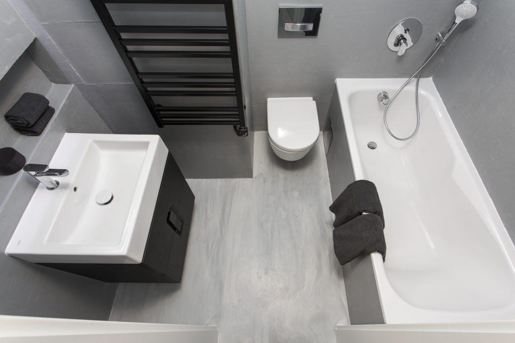 Lité podlahy neboli stěrky na bázi epoxidových či polyuretanoepoxidových pryskyřic nabízejí moderní design a větší tepelnou vodivost než například keramická dlažba. Díky tomu se hodí pro podlahové vytápění a jsou příjemné na dotek. Lze je vybavit speciální protiskluzovou variantou pro koupelny, kde se povrch beze spár dá využít i na stěny. Variabilní provedení, jednoduchá aplikace, snadná údržba a cenová dostupnost. www.topstone.cz