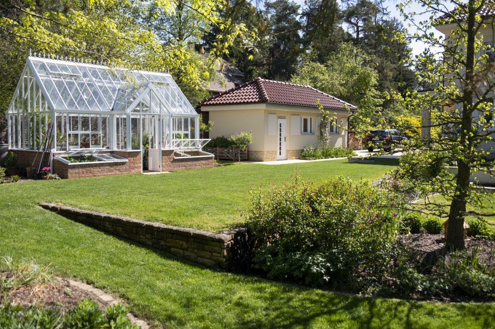Zahrada se skleníkem