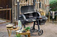 Gril na dřevěné uhlí s udírnou Tenneker vás nezklame