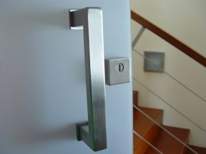 O bezpečnostních dveřích na rovinu…